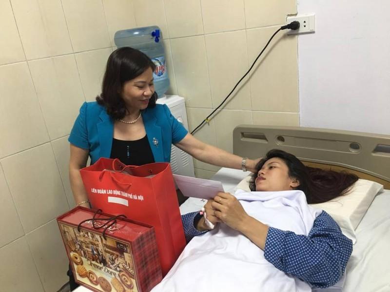 Chủ tịch LĐLĐ TP Hà Nội thăm nữ công nhân môi trường bị hành hung