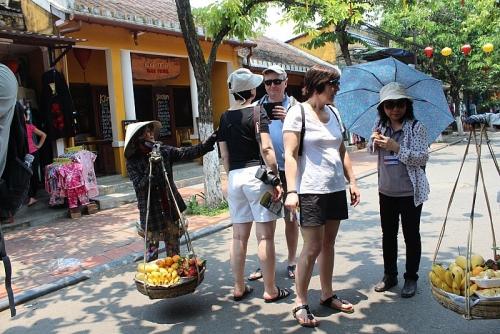 Hà Nội xử lý nghiêm các đối tượng đeo bám, chèo kéo du khách