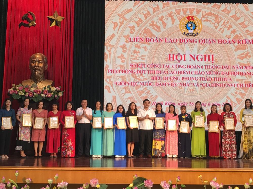 """LĐLĐ quận Hoàn Kiếm biểu dương 155 tập thể, cá nhân """"Giỏi việc nước, đảm việc nhà"""""""