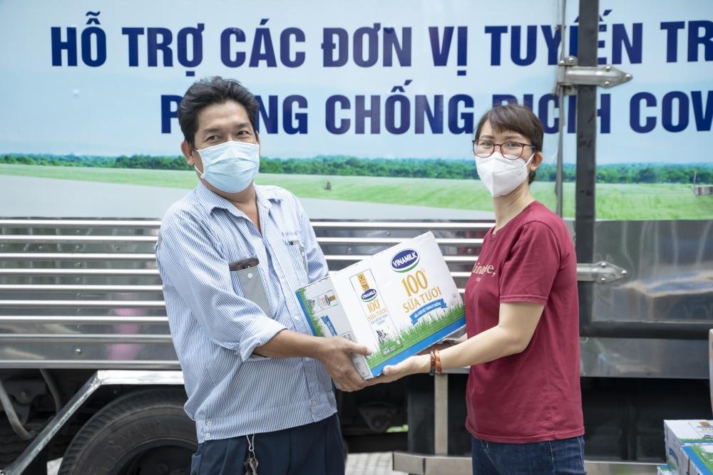 Vinamilk hỗ trợ 48.000 sản phẩm cho tổ công tác lấy mẫu, xét nghiệm của thành phố Hồ Chí Minh trong đợt dịch cao điểm
