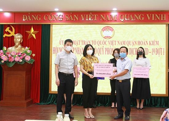 """Liên đoàn Lao động quận Hoàn Kiếm ủng hộ quỹ """"Phòng, chống dịch Covid-19"""" 50 triệu đồng"""