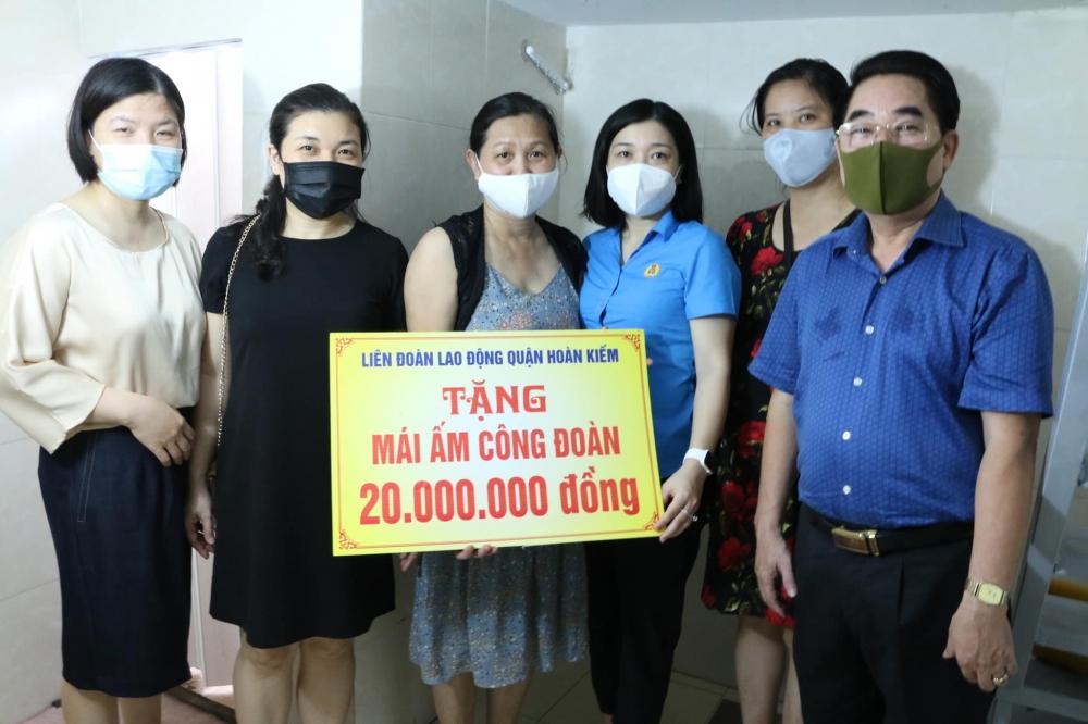 Liên đoàn Lao động quận Hoàn Kiếm trao Mái ấm Công đoàn cho đoàn viên khó khăn về nhà ở