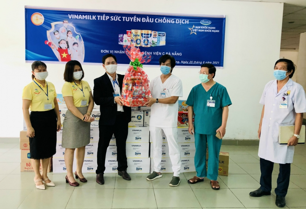 Vinamilk trao tặng món quà sức khỏe đến cán bộ y tế tuyến đầu và gia đình nhân ngày Gia đình Việt Nam