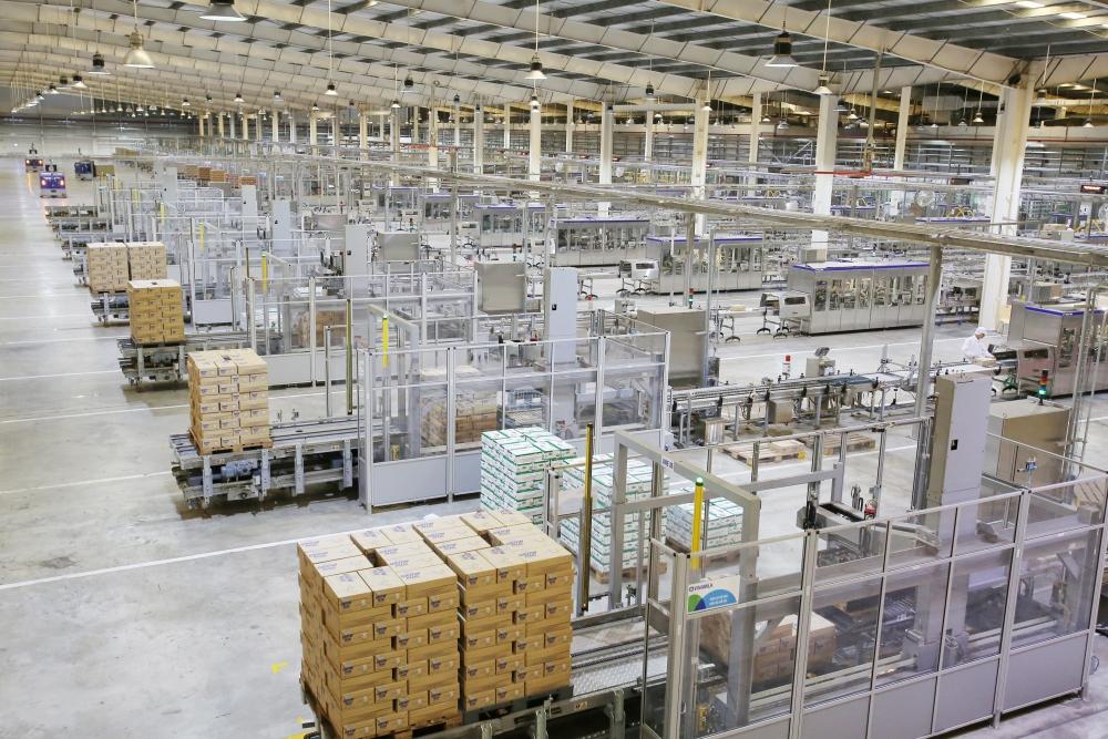 """Thủ tướng Chính phủ đánh giá cao mô hình """"Vừa sản xuất, vừa chiến đấu"""" khi thăm siêu nhà máy sữa của Vinamilk"""
