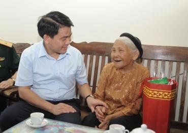 Chủ tịch UBND TP Nguyễn Đức Chung thăm, tặng quà gia đình chính sách tiêu biểu