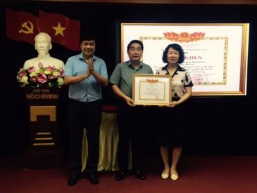 LĐLĐ quận Hoàn Kiếm tặng quà cho CNVCLĐ là thương binh, con liệt sĩ