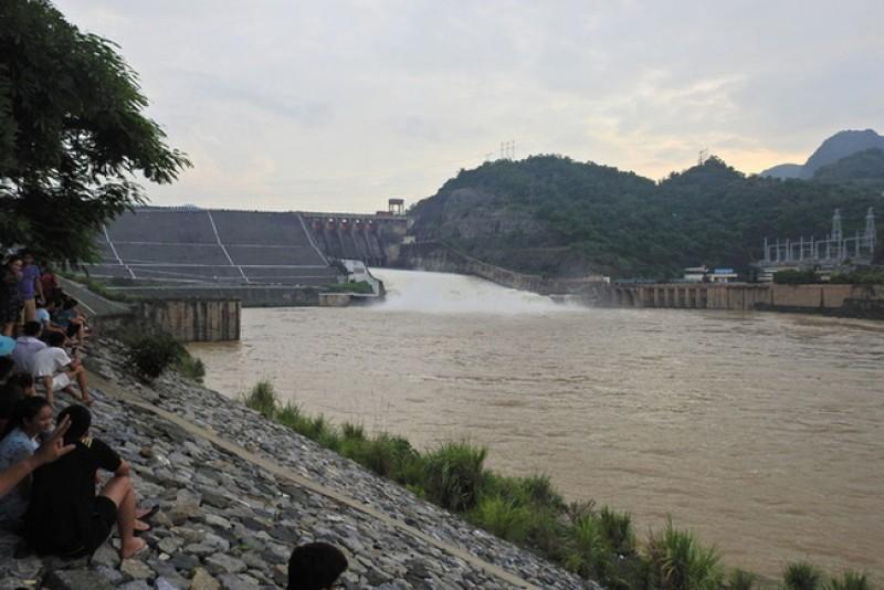 16 giờ hôm nay (23/7) đóng thêm một cửa xả đáy hồ Hòa Bình