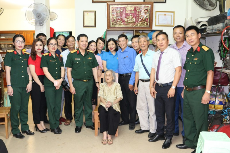 Quận Hoàn Kiếm thăm, tặng quà mẹ Việt Nam anh hùng