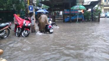 Nước ngập cao tại các khu phố nhỏ