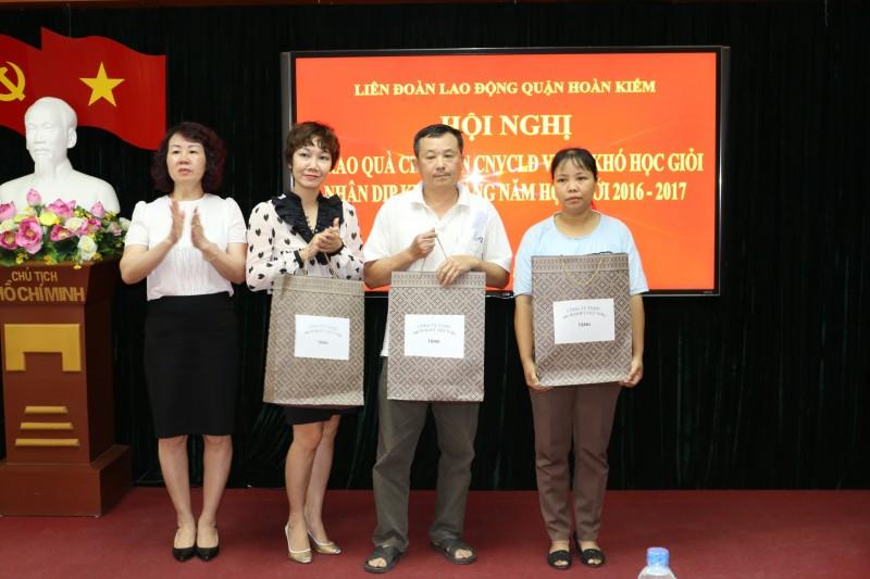LĐLĐ quận Hoàn Kiếm: Trao quà cho con CNVCLĐ vượt khó học giỏi