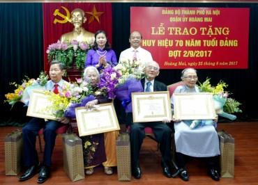 Trao tặng Huy hiệu 70 năm tuổi Đảng đợt 2/9