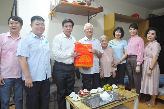 Lãnh đạo quận Hoàn Kiếm thăm, tặng quà các gia đình chính sách, người có công