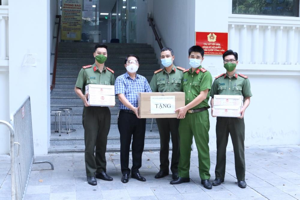 Liên đoàn Lao động quận Hoàn Kiếm trao hỗ trợ, động viên tuyến đầu chống dịch