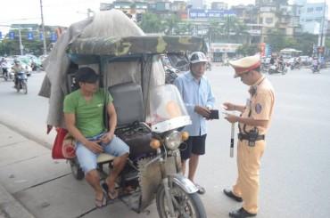 Hà Nội: Xử lý xe chở hàng cồng kềnh sau tai nạn cháu bé bị tôn cứa cổ