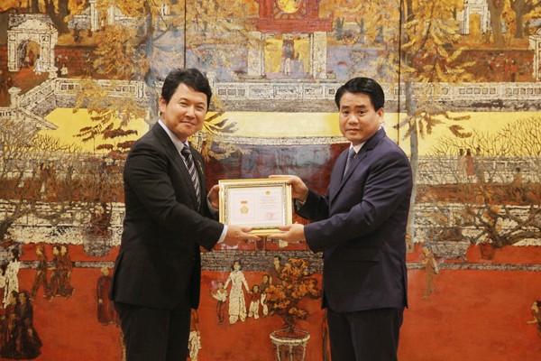 """Trao tặng Huy hiệu """"Vì sự nghiệp xây dựng Thủ đô"""" cho Phó Đại sứ quán Nhật Bản tại Việt Nam"""