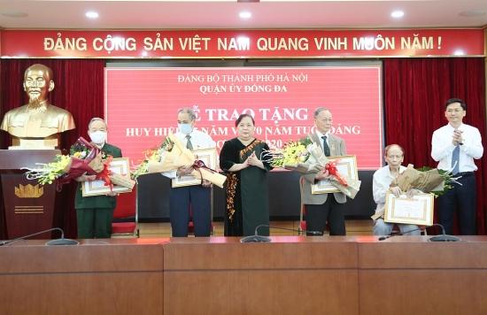 Phó Bí thư Thành uỷ Nguyễn Thị Bích Ngọc trao Huy hiệu Đảng cho đảng viên quận Đống Đa