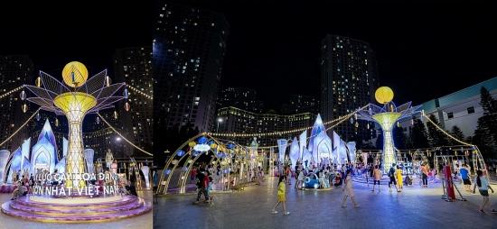 Người dân Thủ đô hào hứng check-in với cây đèn lồng Hoa Đăng lớn nhất Việt Nam
