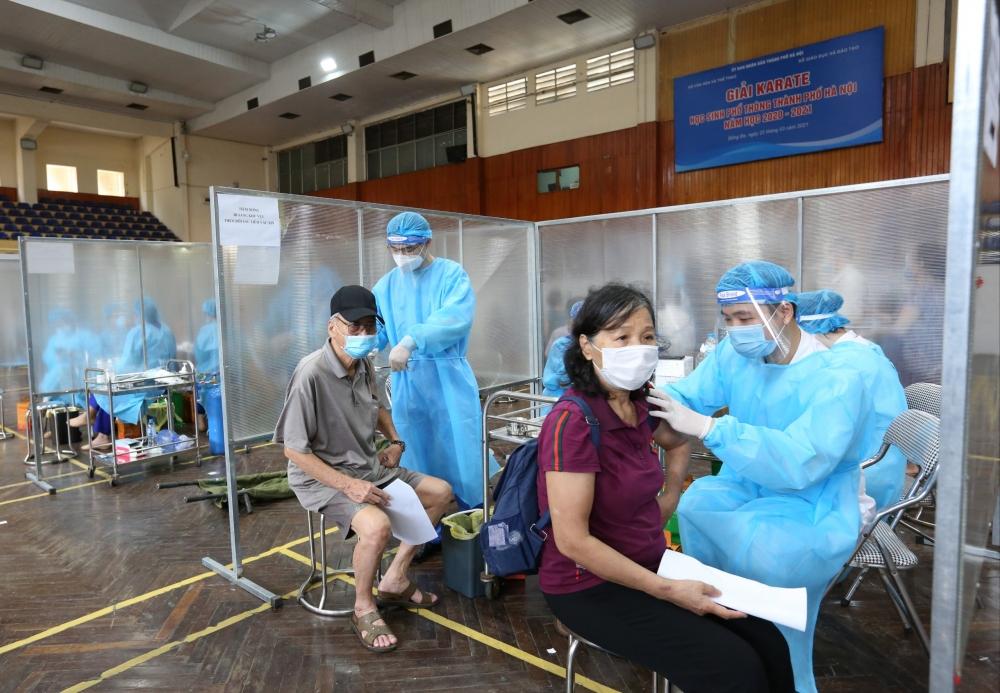 Nhân viên y tế tỉnh Phú Thọ và quận Đống Đa căng mình xét nghiệm và tiêm vắc xin cho người dân