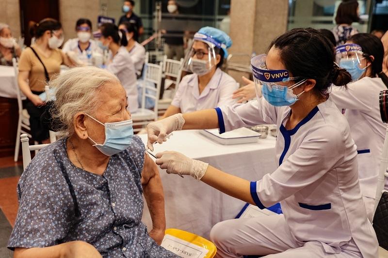 Quận Hoàn Kiếm thần tốc xét nghiệm diện rộng và tiêm vắc xin cho người dân