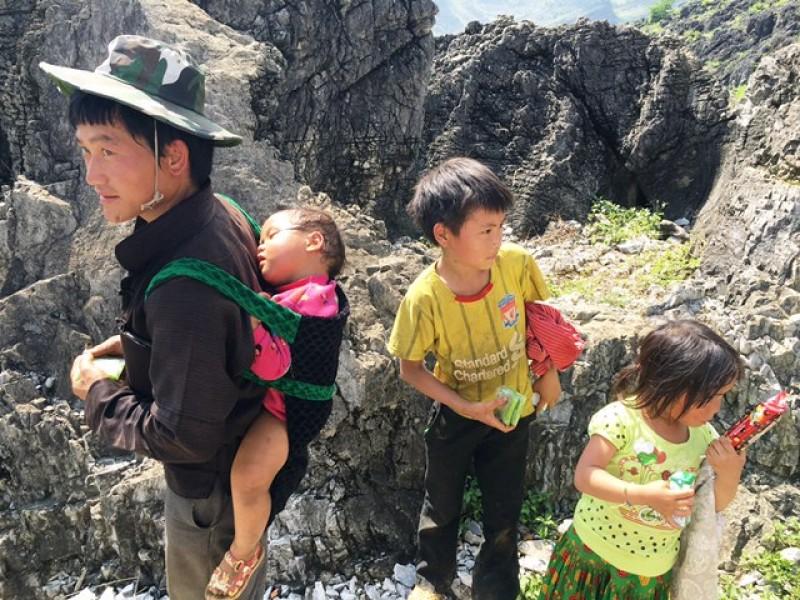 Thầy giáo Biên phòng dịch tiếng Mông ở Lũng Cú