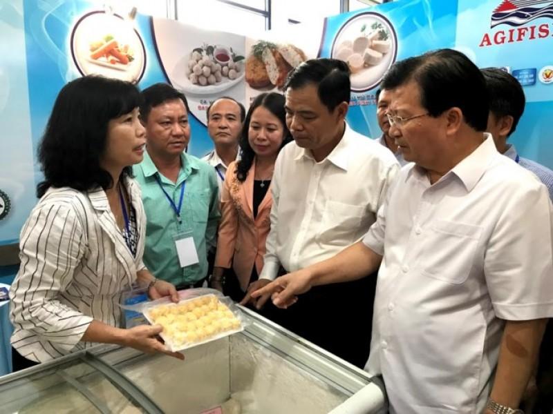 Phó Thủ tướng Trịnh Đình Dũng thăm Hội chợ Cá tra tại Hà Nội