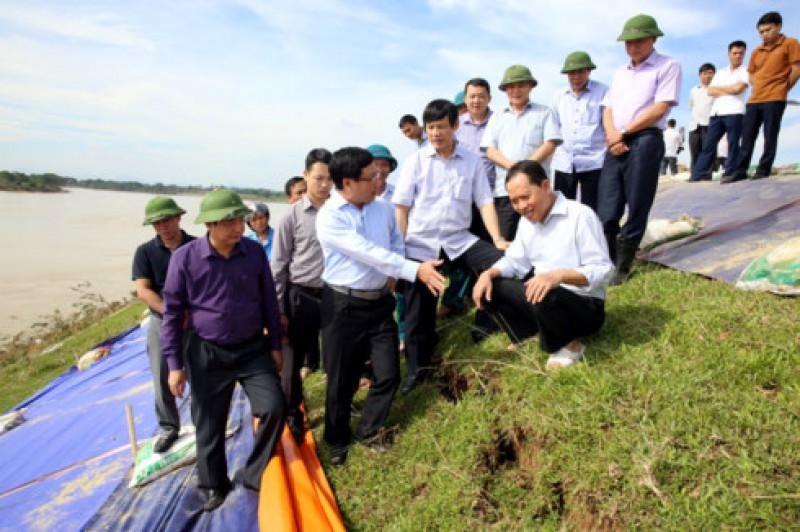 Phó Thủ tướng Phạm Bình Minh kiểm tra công tác khắc phục mưa lũ tại tỉnh Thanh Hóa