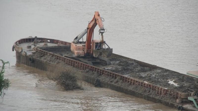 Kiểm tra, xử lý thông tin 'tàu lạ' xả chất thải xuống sông Hồng