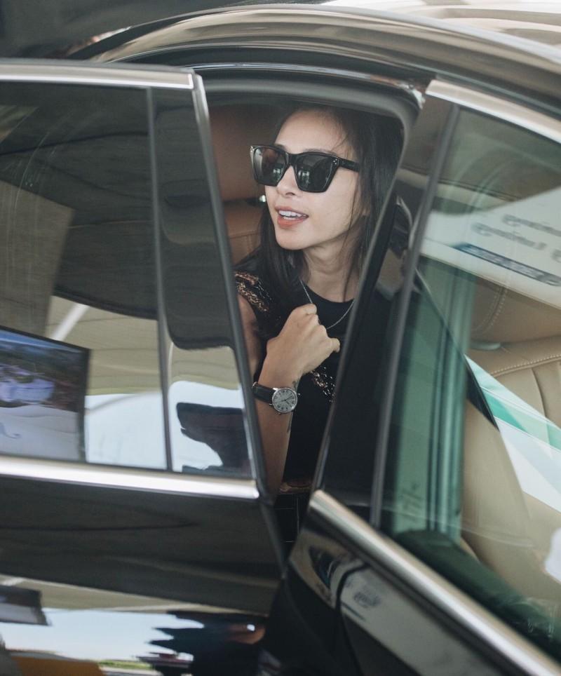 Ngô Thanh Vân rạng ngời bên xe VinFast đi dự đám cưới Đông Nhi