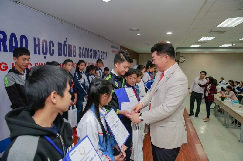Công ty TNHH Samsung Electronics Việt Nam trao 600 suất học bổng cho học sinh nghèo vượt khó