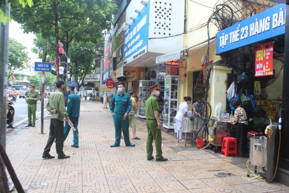Lực lượng chức năng quận Hoàn Kiếm ra quân trong ngày đầu thực hiện giãn cách