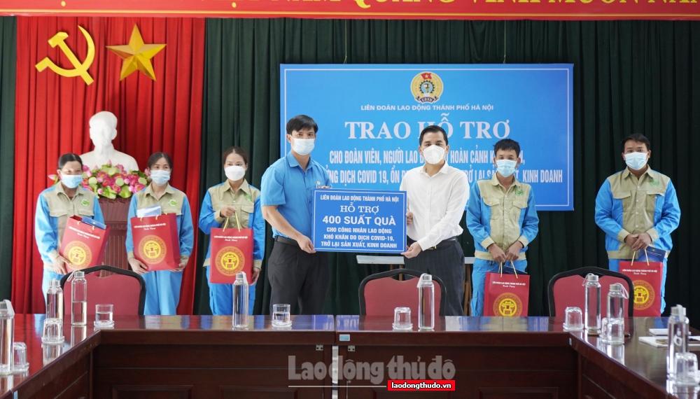 Lãnh đạo LĐLĐ Thành phố trao hỗ trợ cho người lao động bị ảnh hưởng bởi dịch tại huyện Gia Lâm