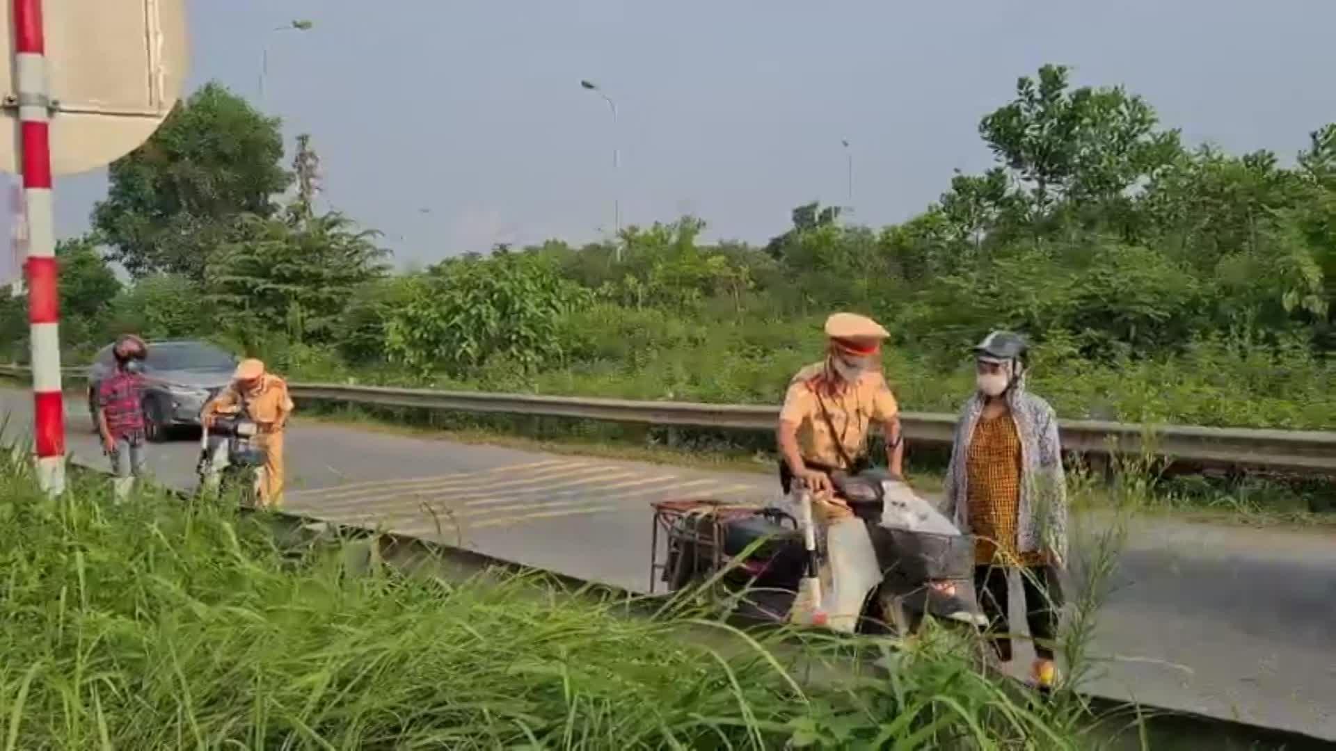 Tăng cường xử phạt người điều khiển xe mô tô đi vào đường cao tốc Đại lộ Thăng Long