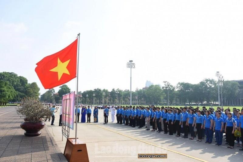 Đoàn Công nhân giỏi Thủ đô báo công Chủ tịch Hồ Chí Minh