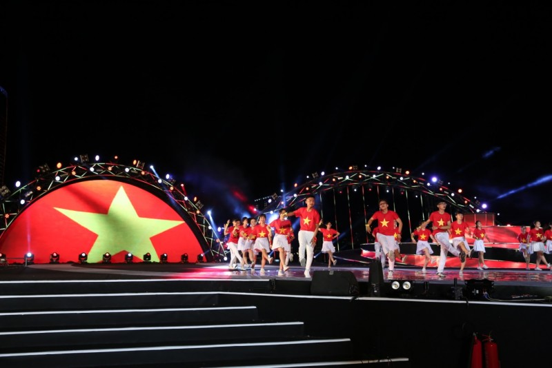 Khán giả pháo hoa Đà Nẵng hào hứng nhún nhảy theo điệu flashmob PCT